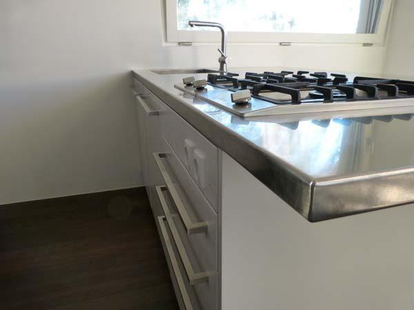 particolare penisola cucina in acciaio inox