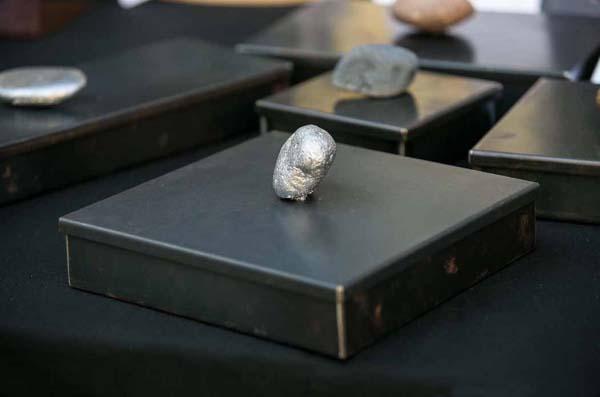scatola in ferro naturale con pomolo in pietra