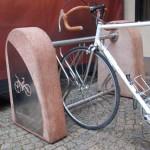 portabiciclette in acciaio inox con blocchi in calcestruzzo2