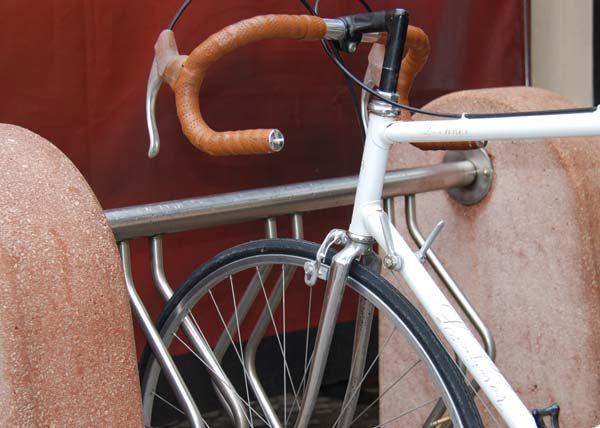 portabiciclette in acciaio inox con blocchi in calcestruzzo3
